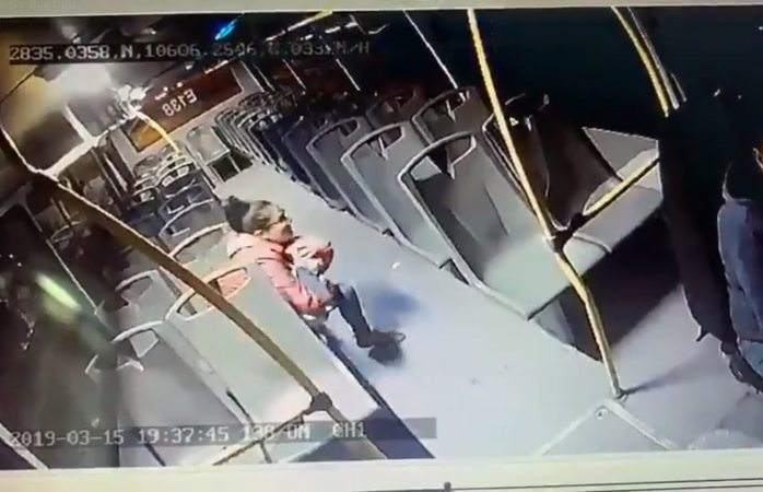 Rompen a pedradas vidrios de camión y le caen a mujer con bebé en brazos