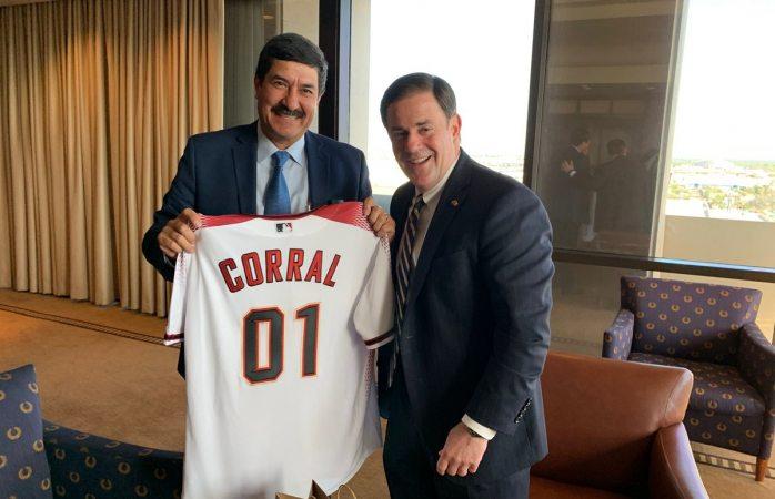 Regala gobernador de Arizona a Corral jersey de los diamonbacks