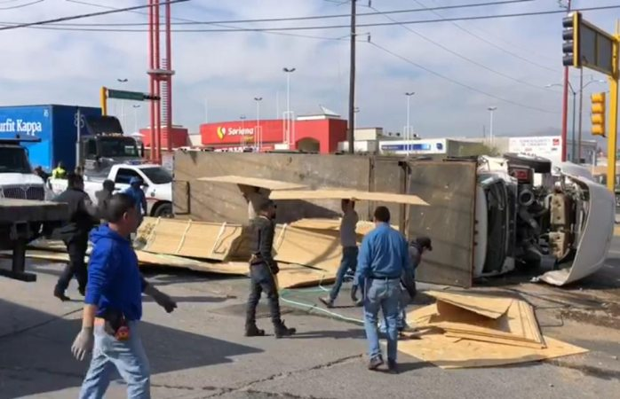 Vuelca camión cargado de madera al evitar un choque
