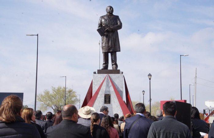 Develan monumento a Benito Juárez