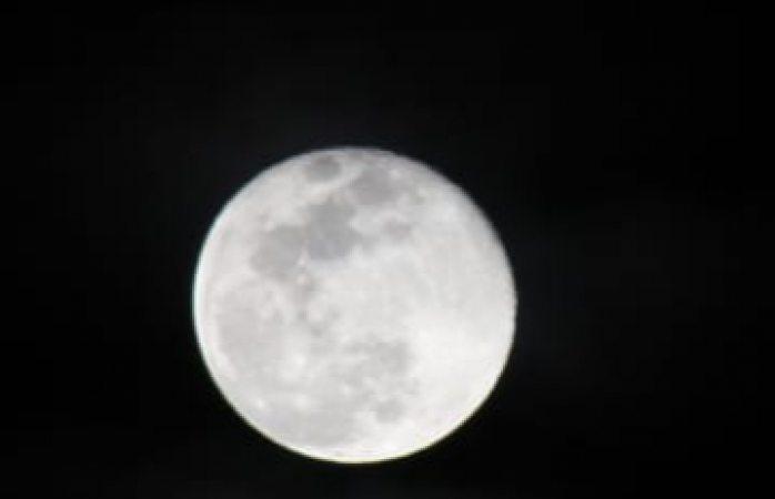 Vuelve a destacar la luna en el cielo de la ciudad