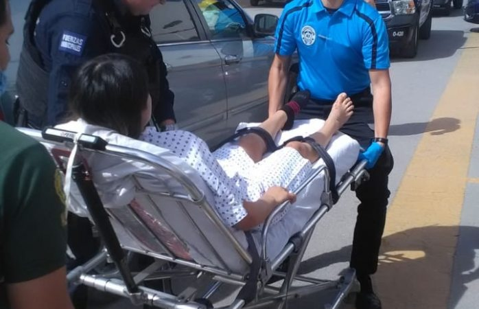 Ayudan policías a mujer a dar a luz