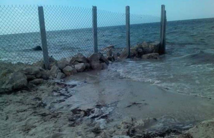 Gringo levanta un muro para cerrar playa frente a su casa en Yucatán