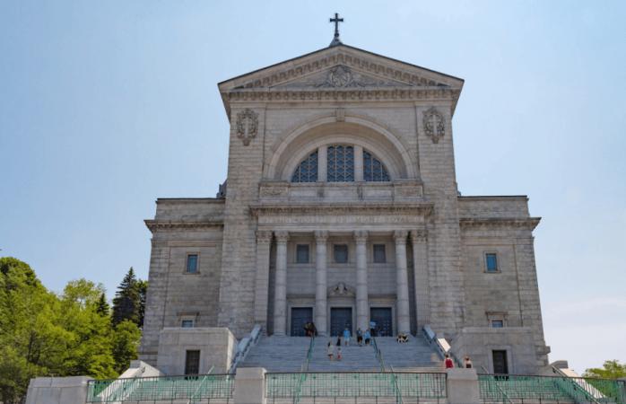 Un sacerdote es apuñalado mientras oficiaba misa