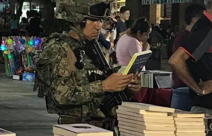 Se viraliza foto de soldado leyendo libro en Acapulco