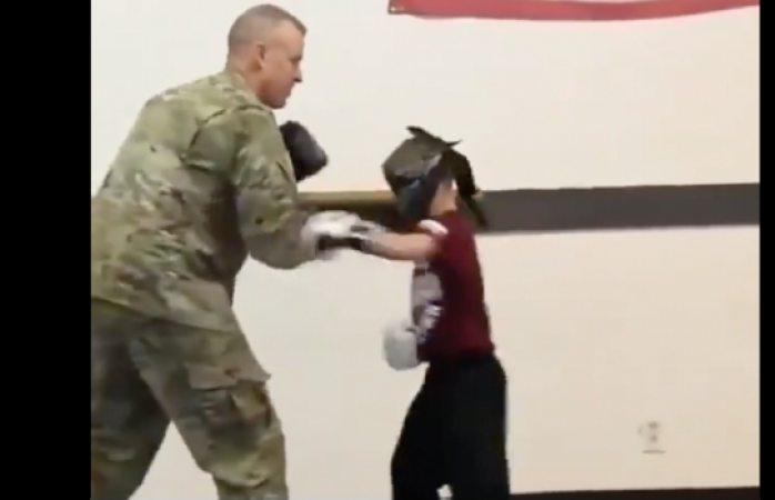 Video: soldado sorprende a su hijo en clase luego de 10 meses de no verlo