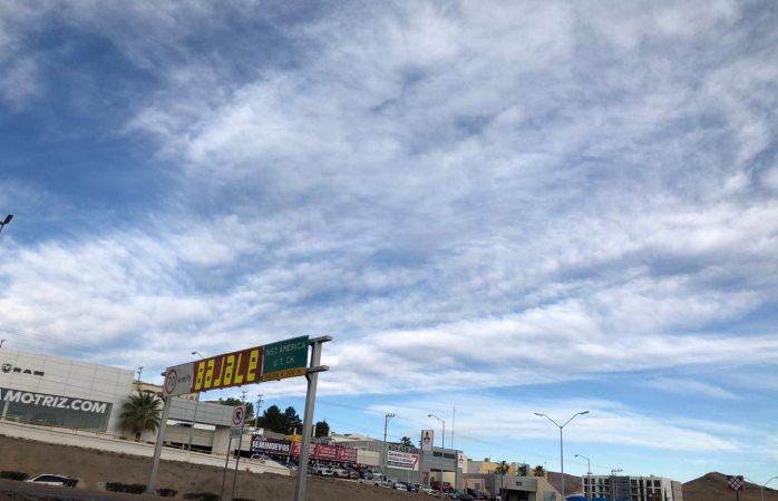 Clima fresco con 12°C y cielo mayormente nublado