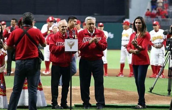 Abuchean a López Obrador en inauguración de estadio de béisbol