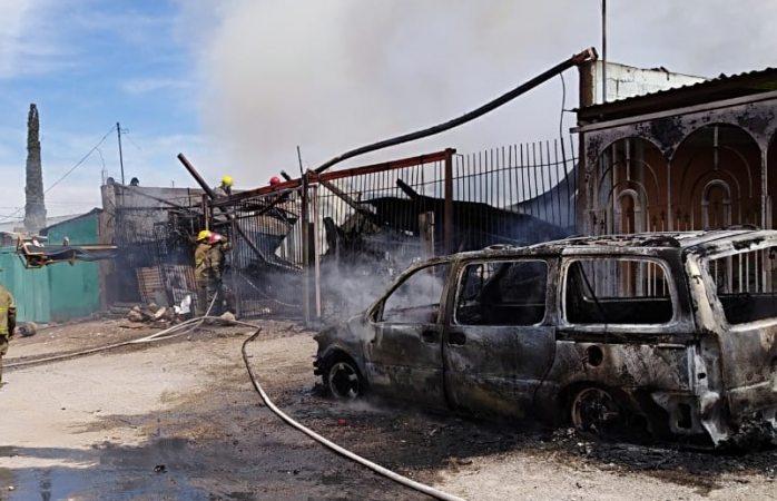 Incendio inicia en vehículo y termina en vivienda