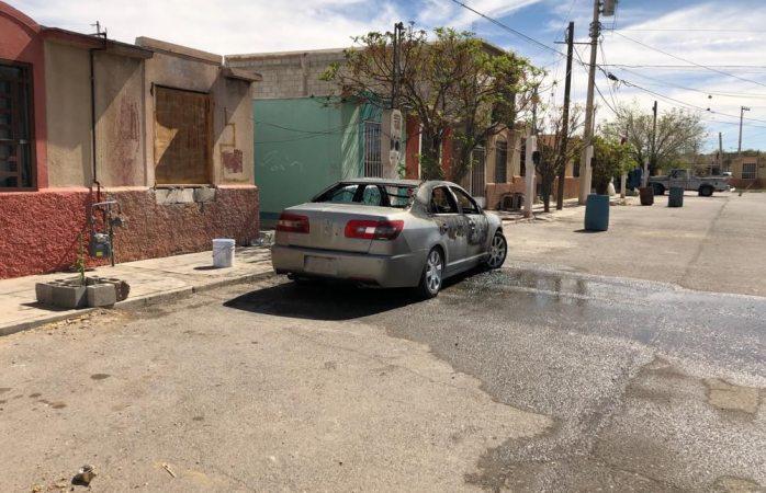 Incendian y disparan contra vehículo estacionado en Juárez