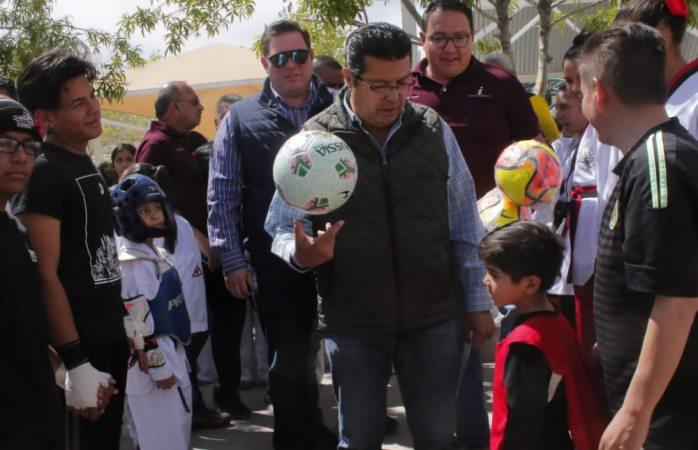 Entrega Armando Cabada cancha de fútbol rápido a centro comunitario