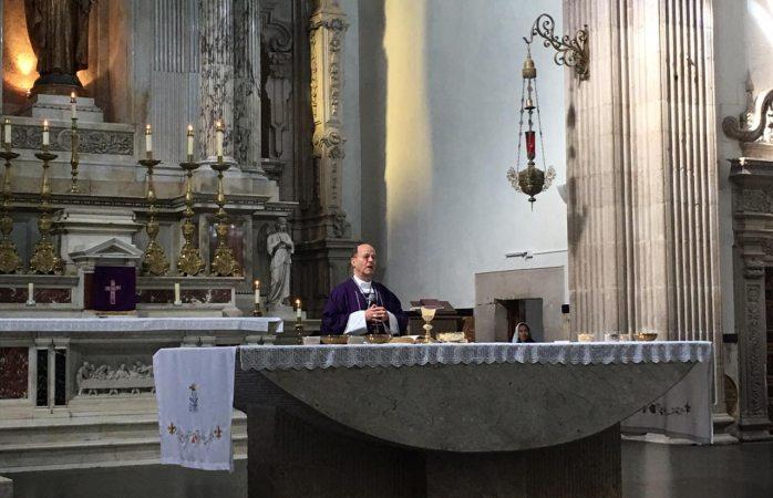 Oficia arzobispo misa con la parábola de la higuera