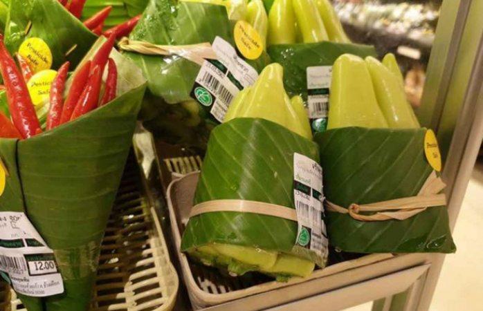Usan hojas de plátano en lugar de bolsas de plástico