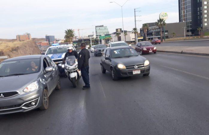 Caos vial por vehículo varado en el periférico
