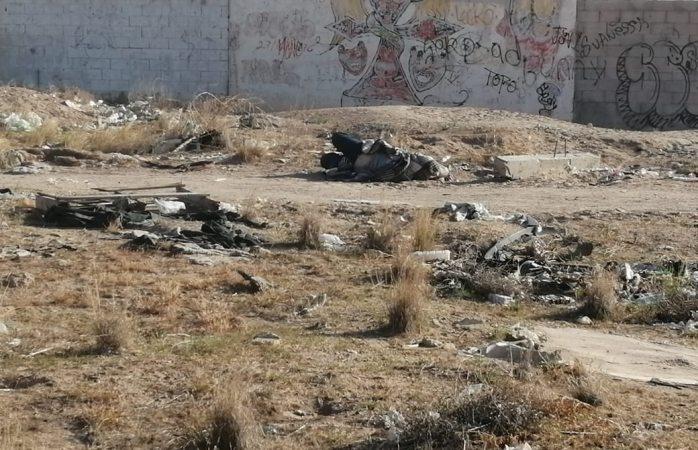Encuentran un encobijado en lote baldío de Juárez