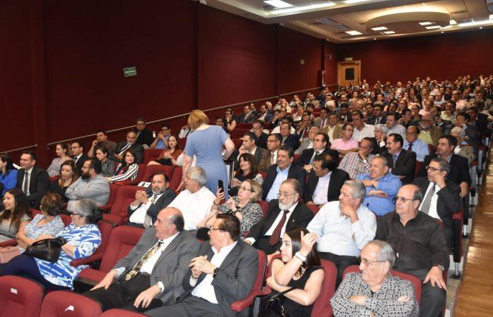 Votan maestros de derecho contra la reforma del rector