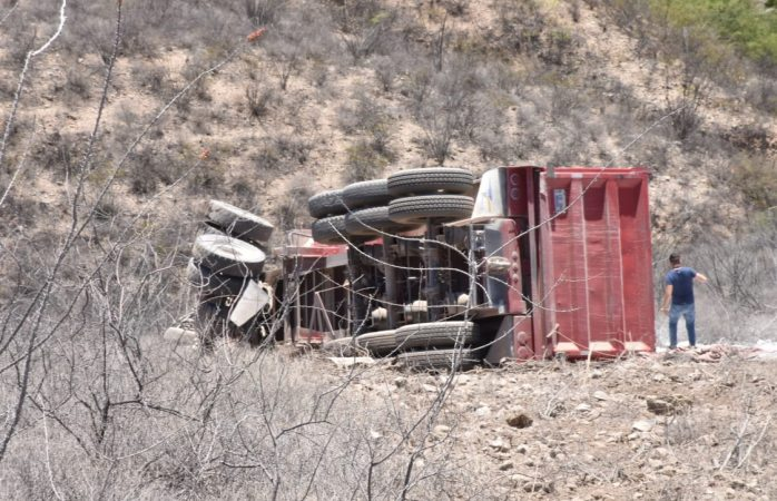 Cae camión a barranco de Santo Domingo