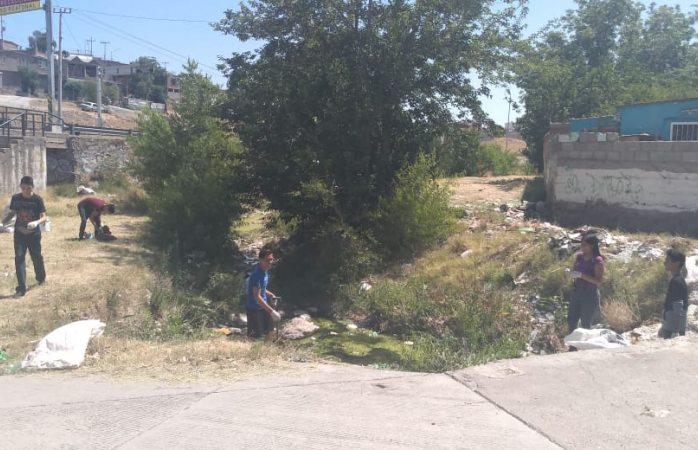 Estudiantes limpian arroyo en día de asueto, invitan a unirse al reto