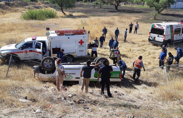 Vuelca y queda atrapado en carretera a Cuauhtémoc