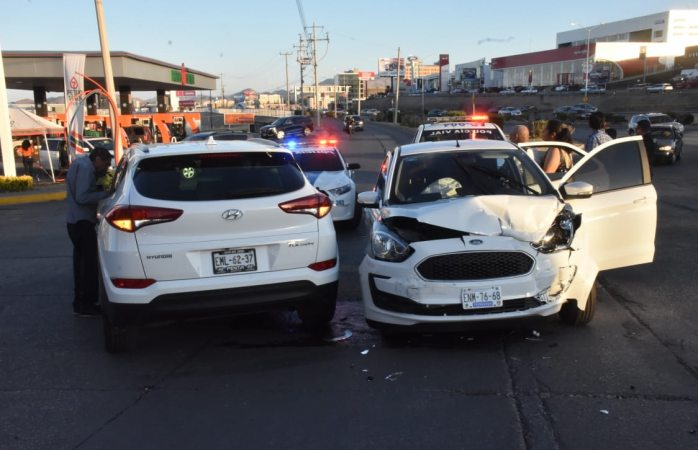 Choca contra auto en el periférico y deja tres heridos