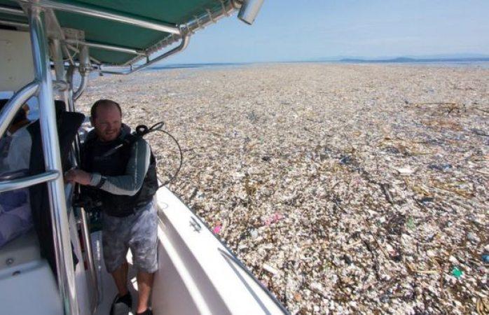 Flota gigantesco mar de basura entre Guatemala y Honduras