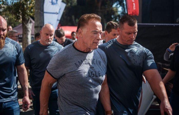 Patean a Arnold Schwarzenegger en evento deportivo