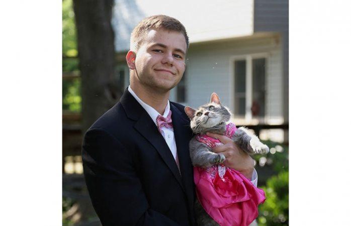Lleva a su gata al baile de graduación