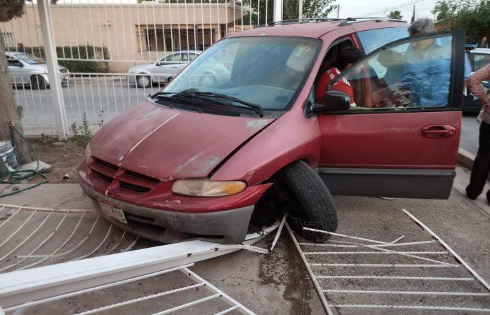 Choca 5 vehículos y se impacta con domicilio