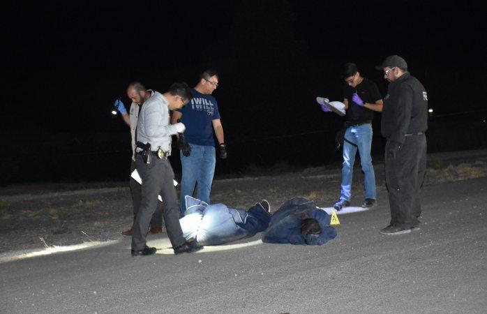 Dejan dos encobijados en la carretera a Cuauhtémoc
