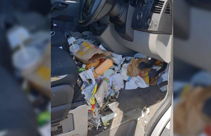 Lo multan por traer un basurero en su carro; le suspendieron la licencia