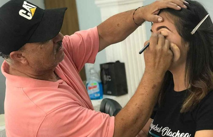Para ser más exitoso, vendedor de cosméticos toma curso de maquillaje