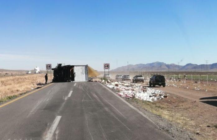 Vuelca tráiler en carretera a Juárez