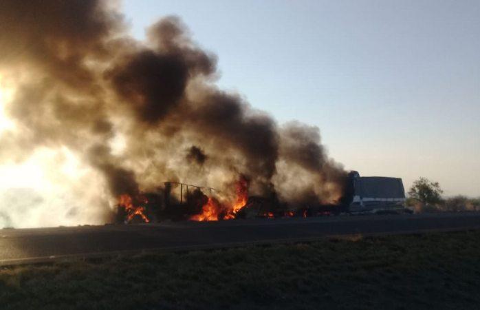 Incendian tráiler y torton tras choque en La Cruz