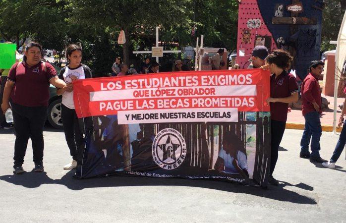 Protestan estudiantes en palacio