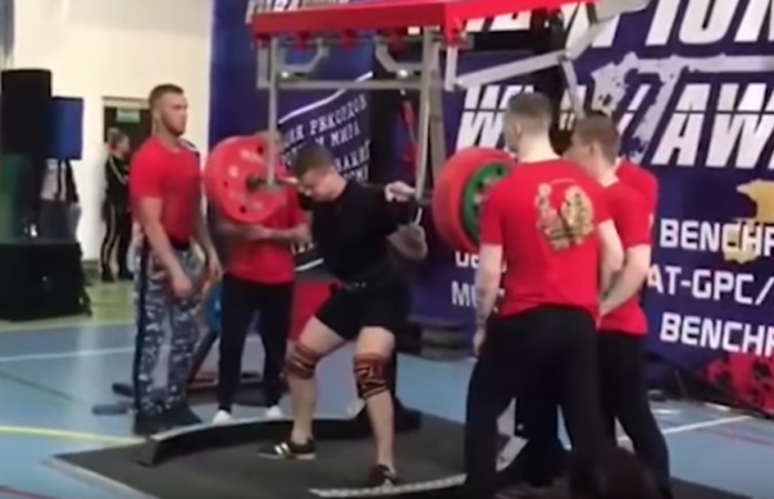 Se rompe brutalmente la pierna en torneo de pesas (VIDEO)