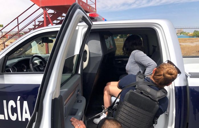 Impiden policías a adolescente tirarse de un puente