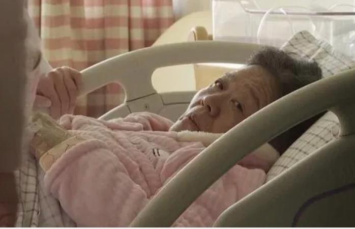Mujer de 67 años da a luz a bebé sano; se embarazó de forma natural