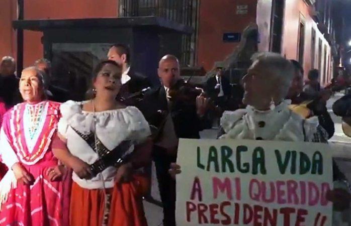 Llevan adelitas serenata a López Obrador por su cumpleaños