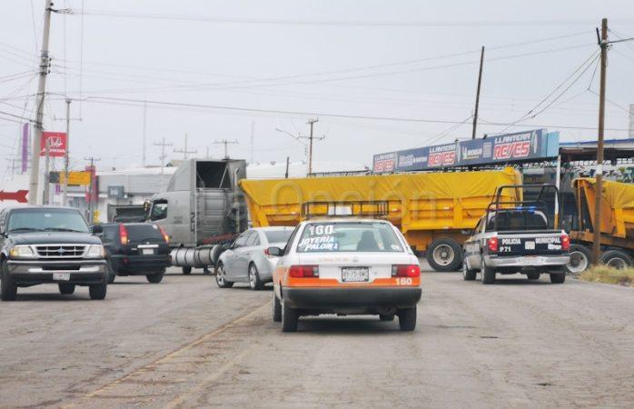 Camión se queda varado y provoca caos vial