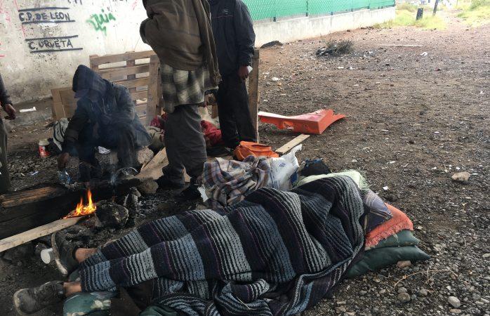 Frío y lluvia dificultan supervivencia de migrantes