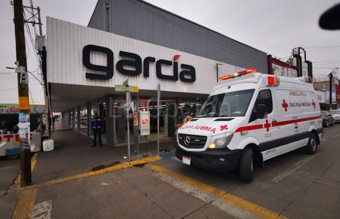 Sufre joven mujer caída dentro de tienda García