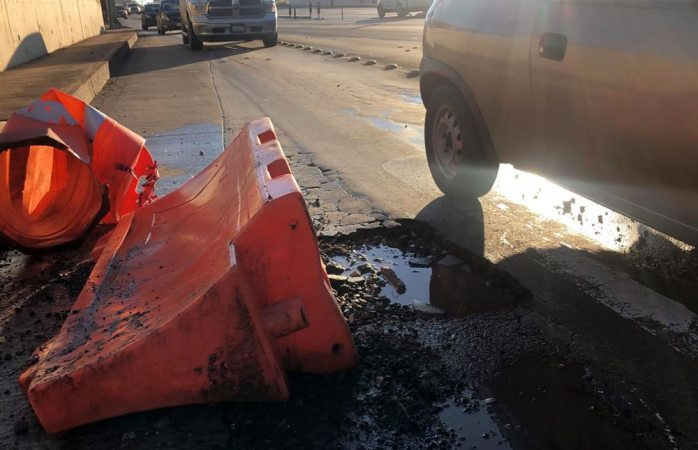 Súper bache provoca daños en varios vehículos en la cantera