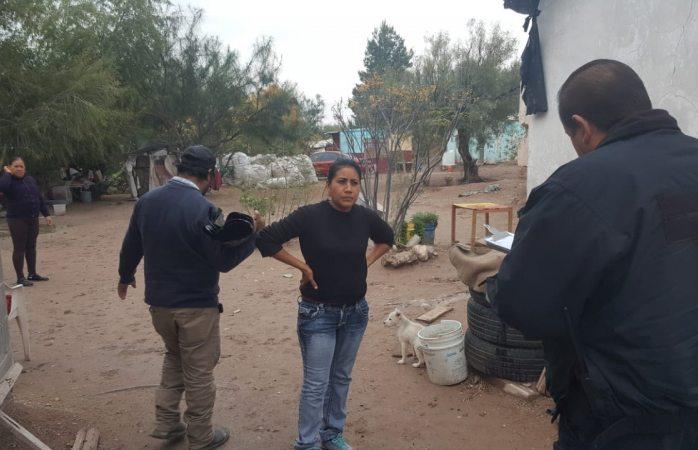 Entrega protección civil hule negro a familias de escasos recursos tras lluvias