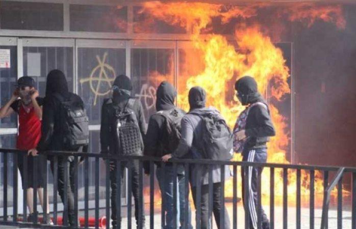 Incendian encapuchados la librería de cu