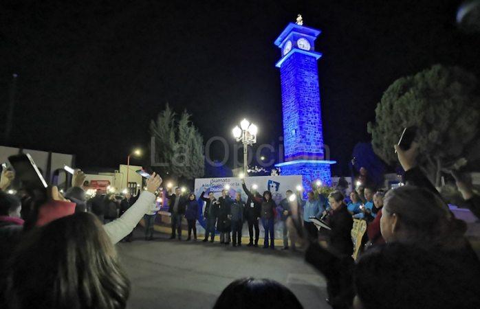 Delicias forma círculo e iluminan Reloj Público de azul para combatir la diabetes