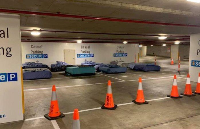 Estacionamiento pone camas por las noches para los indigentes