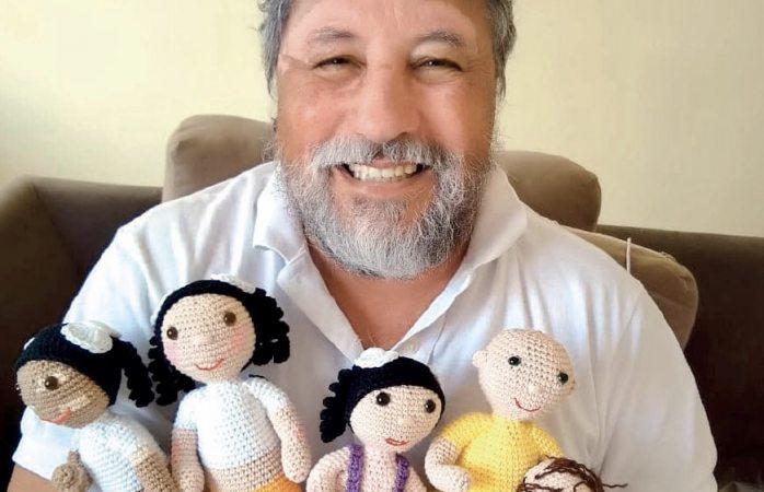 Abuelo elabora muñecas a su nieta para mostrar capacidades diferentes