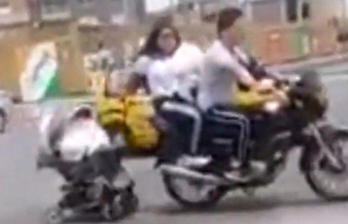 Pareja en una moto arrastrando un coche de bebé indigna en redes (VIDEO)