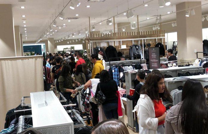 Filas de hasta 2 horas para llegar a cajas en fashion mall