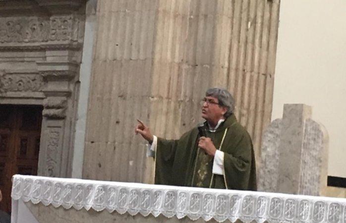 Llama padre Raymundo a practicar el amor y la comprensión